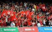 图文:东亚运男足中国香港队夺冠 球迷挥舞旗帜