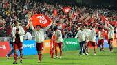 图文:东亚运男足中国香港夺冠 手举区旗绕场