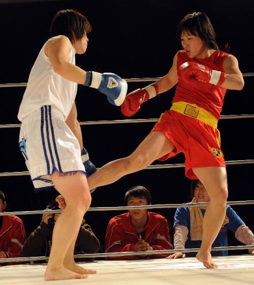 图文:中日国际武术搏击对抗赛 美女进攻也犀利