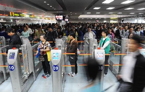 组图:澳门回归十年珠海拱北口岸验放旅客增2倍