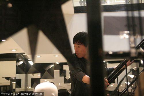 图文:刘翔流连香港名店 飞人在电梯上回头张望