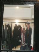 图文:刘翔流连香港名店遭围堵 飞人在选购上衣