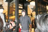 图文:刘翔流连香港名店遭围堵 飞人被记者惊呆