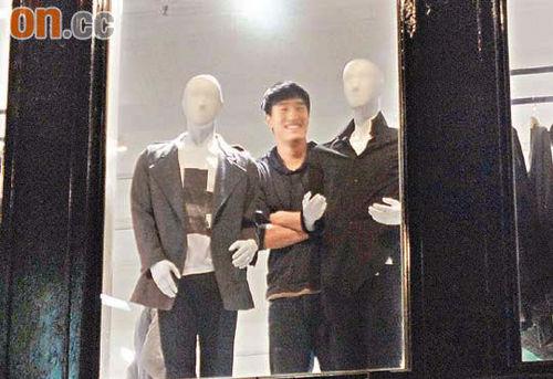 刘翔选衣服时显出顽皮一面。