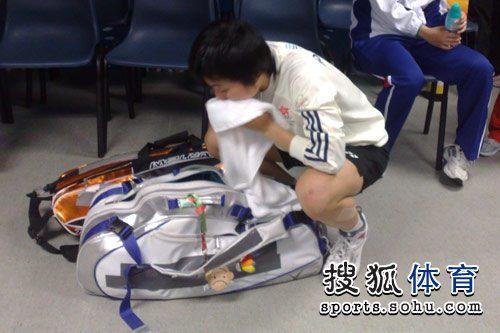 图文:羽毛球女单叶姵延摘金 赛后收拾装备