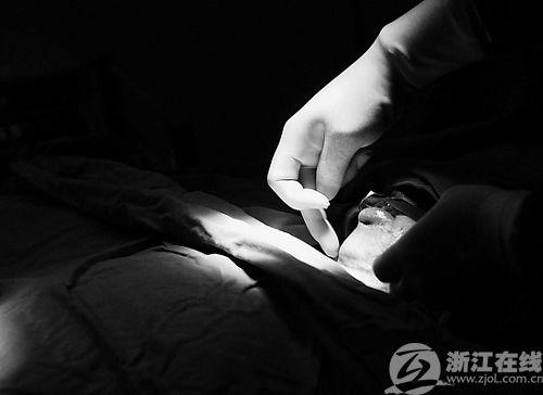 2009年12月11日,省人民医院,被热油烫伤的11岁男孩超超,接受整形手术