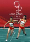 图文:女子4x100米中国夺冠 汤晓茵韩玲交接棒