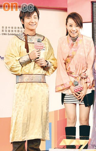 方力申和邓丽欣身穿古装上演喜剧,大受观众欢迎。
