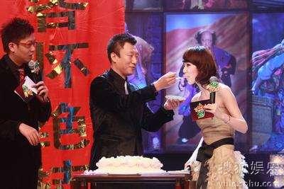孙红雷喂主持人王冠吃蛋糕