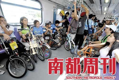 2009年11月8日,菲律宾马尼拉,人们随身携带自行车乘坐地铁。