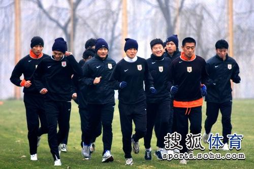 队员慢跑热身