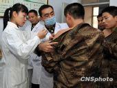 图:济南军区新兵注射甲流病毒疫苗