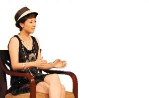 以前自称从不化妆的海清早前上电视接受访问打扮得颇为时尚