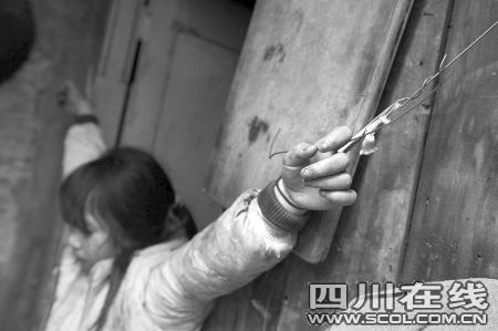 12岁女孩嘴馋偷钱买零食 遭父亲吊起6小时(图