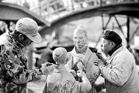 创作施工人员精雕细刻泥塑人物