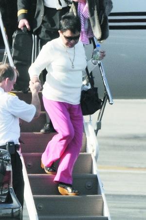 担心儿子的生活状况,伍兹母亲昨日乘专机飞往儿子的居住地