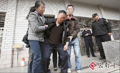 邢鲲的父亲在家人的搀扶下走出尸检室 本报记者 刘普礼 摄