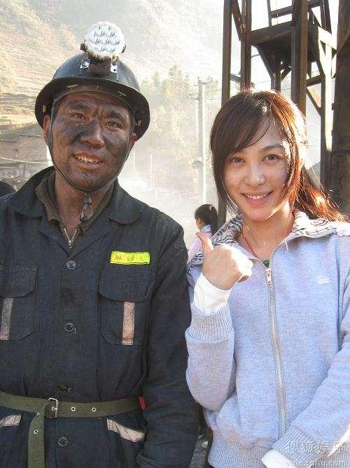 菲儿(右)与矿工大哥
