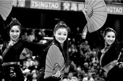 中场休息时,由6名中国姑娘组成的拉拉队在歌曲《茉莉花》的伴奏下,进行了表演。