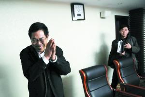 昨日,国务院法制办副主任郜风涛接受采访后离开。本报记者 杨杰 摄