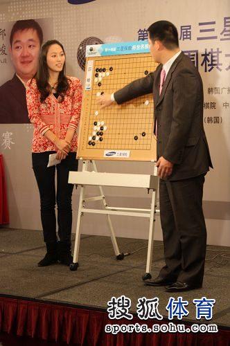 图文:三星杯决赛孔杰夺冠 常昊与美女棋手讲解