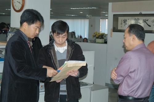 韩国棋院职员向李相勋说明如何填写复职申请书