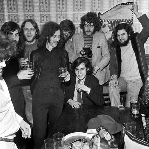 这张照片展示的是1972年布朗当选为爱丁堡大学学生会主席,庆祝派对上的照片