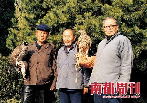 1980年,王世襄与养鹰老友常荣启(中)、朱勇合影。三联书店供图