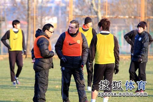 图文:[中超]新帅鲁能率队训练 伊万指导崔鹏