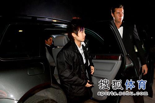 图文:抽签仪式球员走红地毯 冯天薇很酷