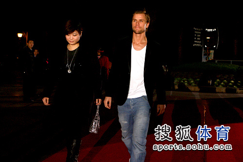 图文:抽签仪式球员走红地毯 梅兹与姜华�B