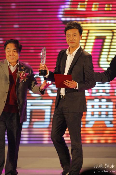 图: 曹炳琨领2009金南方年度新人奖