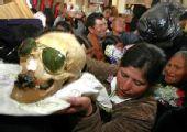 世界万象:玻利维亚清明节晒亲人头骨(图)