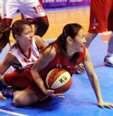 图文:WCBA黑龙江胜上海 张之霓在比赛中争抢