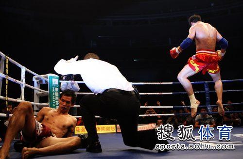 图文:泰拳教练不满弟子遭KO 张开印KO对手