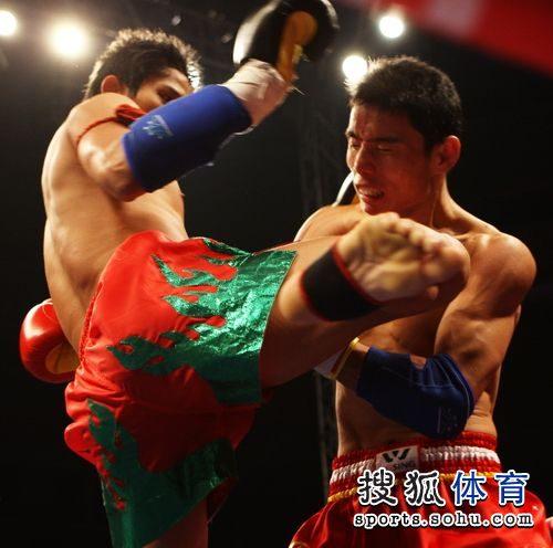 图文:徐吉福打头阵取开门红 泰拳标志性功夫