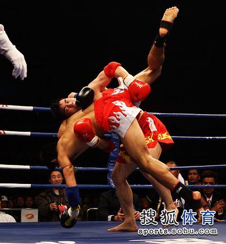 刘层层抱摔对手