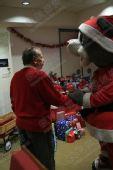 组图:火箭主场营造圣诞气氛 老板举办爱心派对