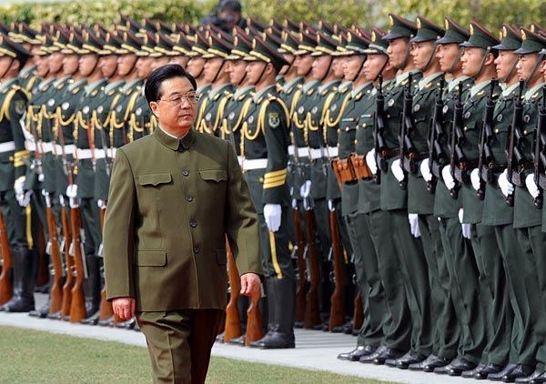 胡锦涛视察并检阅驻澳门部队。新华社记者宋振平摄