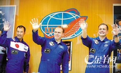 从左至右:日本宇航员野口聪一、俄罗斯宇航员奥列格・科托夫及美国宇航员蒂莫西・克里默