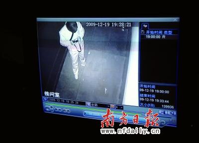 穿黑衣服的人在候问室监控录像中显示衣服是白色的。云南信息报记者罗立高摄