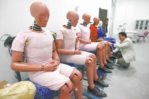 工作人员正对模拟人进行保养。