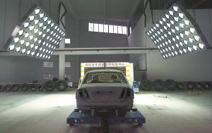 汽车碰撞实验室内部挺神秘。 本报记者 胡杰 摄
