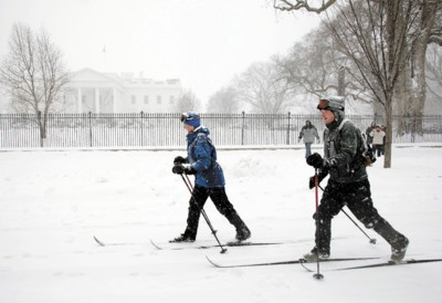 12月19日,在美国首都华盛顿,杰伊・卡尔森与林恩・卡尔森在白宫门前滑雪。