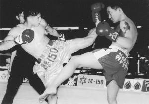 陈桂林(右)与泰拳拳王较量