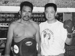 陈桂林(右)与前泰拳拳王合影