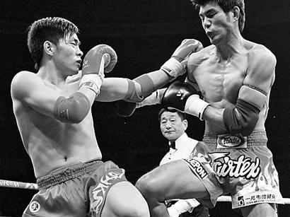 中国选手刘层层(左)在比赛中 新华社记者郭勇 摄