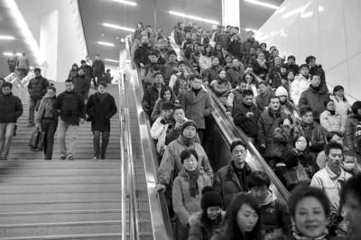 轨交车站内的自动扶梯每天高峰时段满负荷运行
