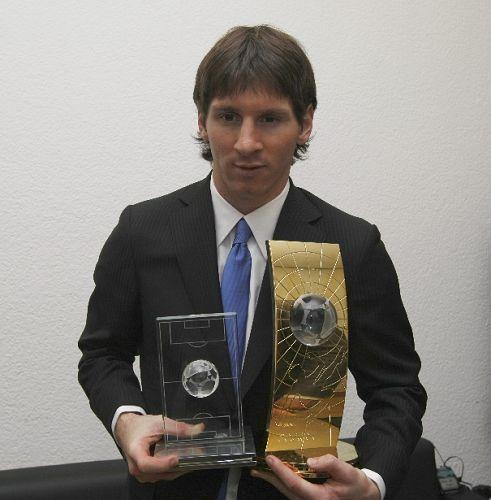 梅西展示两大奖杯