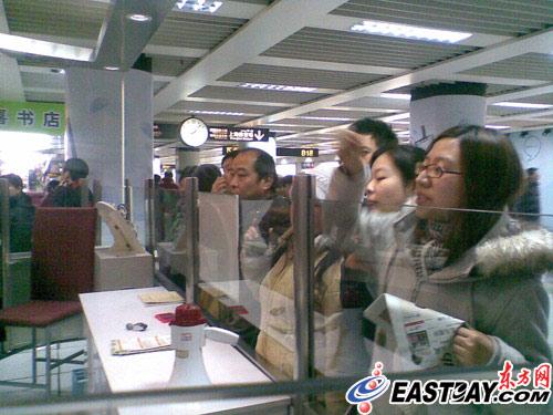 图片说明:乘客争询事故情况